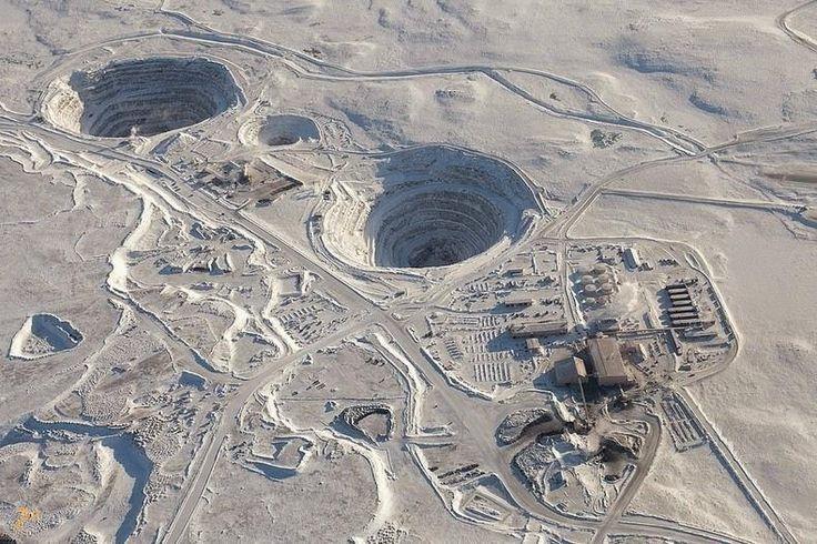 Алмазный рудник Екати – #Канада #Северо_Западные_территории (#CA_NT) Ekati - первый в Канаде алмазный рудник совмещённого типа, когда добыча ведётся и на поверхности, в карьерах, и под землёй, в шахтах. За первые 10 лет своего существования рудник обеспечил своих владельцев 40 млн. карат алмазов. http://ru.esosedi.org/CA/NT/1000217028/almaznyiy_rudnik_ekati/