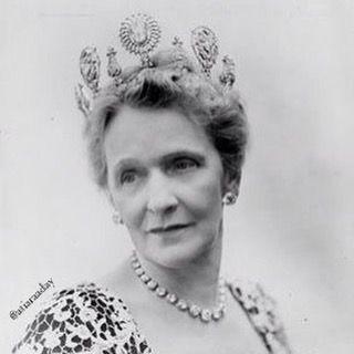 O Astor Tiara: Terça-feira feliz todos!  pedaço de hoje é a tiara Astor.  Sim, eu sei que eles têm um monte deles, mas estavam indo para se concentrar em um que veio com um proprietário muito colorido.  O Astor tiara pertenceu a Nancy Langhorne Astor e foi feita por Cartier.  Ele mantém o famoso diamante Sancy 55,23 e em 1906 foi avaliada em US $ 75.000, sem a Sancy.  Então, quem é Nancy Langhorne Astor?  E como ela conseguiu esse maravilhoso tiara você pergunta?  Nancy Langhorne foi o dia…