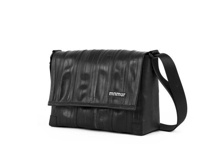 Borsa Mnmur M2 Messenger Bag In Camera D'Aria Di Bicicletta Riciclata. La M2 Mnmur è una borsa messenger di media grandezza. Può essere indossata a spalla o a tracolla ed è perfetta per chi preferisce borse più piccole. L'esterno è realizzato con le camere d'aria di bicicletta riciclata e i lati con i teli dei camion.