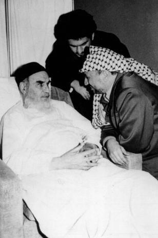 Final anos 1980: imagem não datada dos arquivos da autoridade palestina mostra líder palestino Yasser Arafat durante visita ao fundador da República Islâmica do Irã no final dos anos 1980. Aiatolá Khomeini morreu em 4 de junho de 1989 após uma cirurgia para conter hemorragia interna