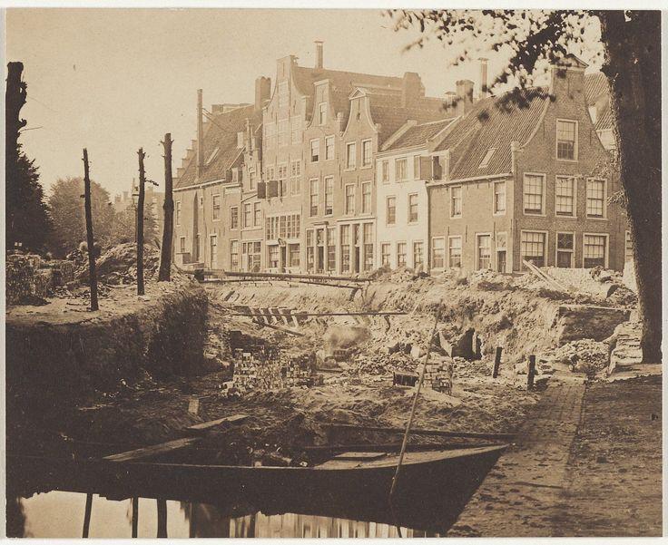 Demping van de Oude Gracht bij het Verwulft, 1859. De zichtbare panden hebben alle plaatsgemaakt voor het warenhuis V&D. Fotograaf: Munnich & Ergernis