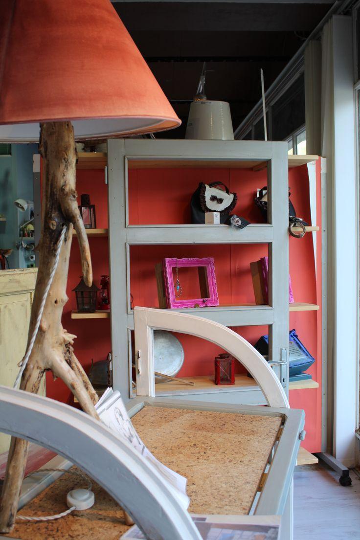 Particolare del piano della scrivania in sughero. Nello sfondo, la libreria realizzata con una porta e mensole di recupero. Mensole realizzate con legno di pancale.