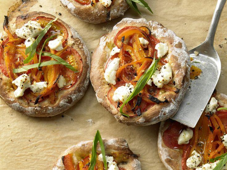 Kleine Paprika-Pizzen - mit Ziegenkäse - smarter - Kalorien: 313 Kcal - Zeit: 45 Min. | eatsmarter.de Diese Pizzen sind der Hit auf jeder Party.