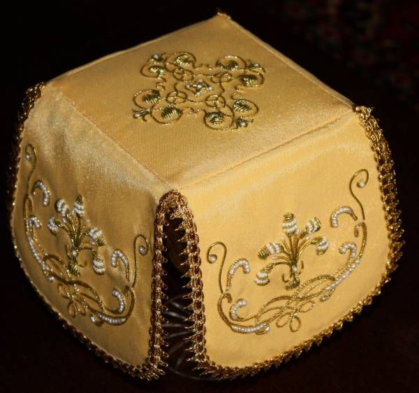 Yellow liturgical set.  Veil.