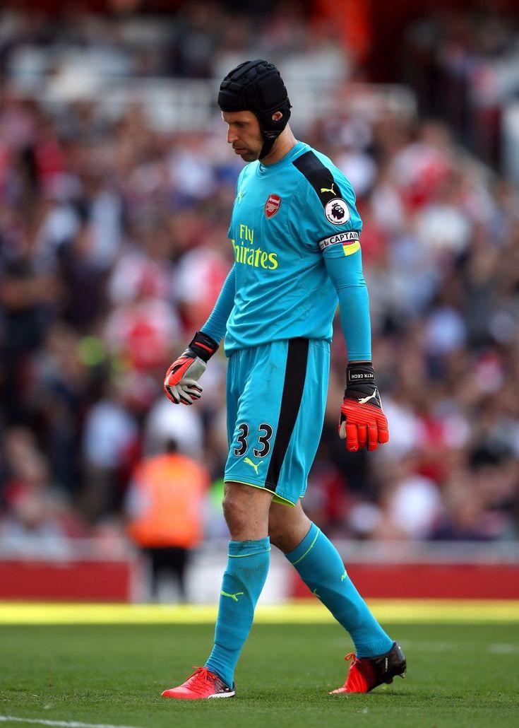Arsenal brankár Petr Čech objaví skľúčený po pripúšťa štvrtý gól