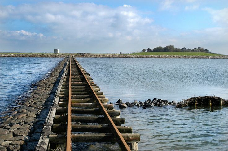 Reportage fra en tur ad de smalesporede banedæmninger til Halligerne i Nordfrisland (Slesvig-Holsten).