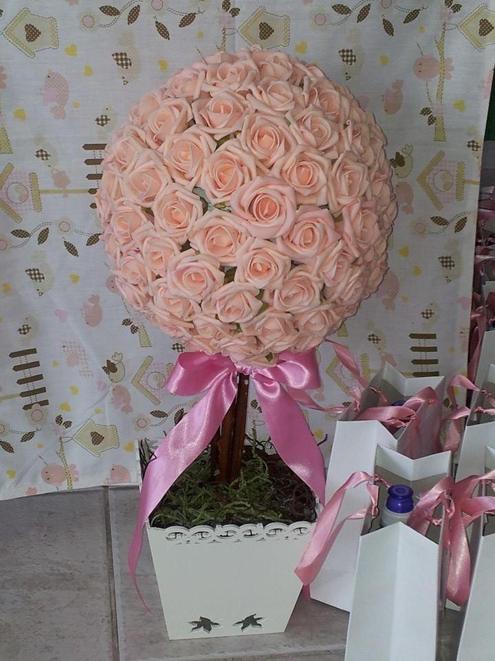 Topiária de flores em E.V.A e vaso provençal. Acabamento com musgo e laço de fita. As cores das flores podem ser alteradas. Esta peça está a venda e também para locação.