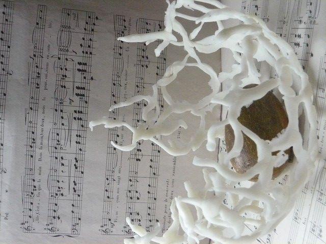 je vous propose de faire un nid en porcelaine froide .il peut servir de déco avec un petit photophore à l'intérieurpour la table de Noël ou juste comme ça pour ça drôle de forme . Pas besoin de colorer la pâte je trouve . il faut juste disposer de petits...