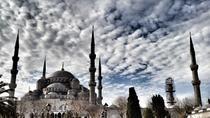 Connaissez-vous la basilique Sainte-Sophie à Istanbul, le monument d'architecture byzantine le plus connu du monde? La Turquie, une destination chargée d'histoire. #Istanbul #Turquie #escapade #byzantin #constantinople #architecture #visite #decouvrir #coloré #charme #travel #trips #merveille#tripadvisor #voyageexpert #wanderlust #viator #getaway#voyage #tourisme #decouverte #bucketlist #vacances #holidays #amazingdestination