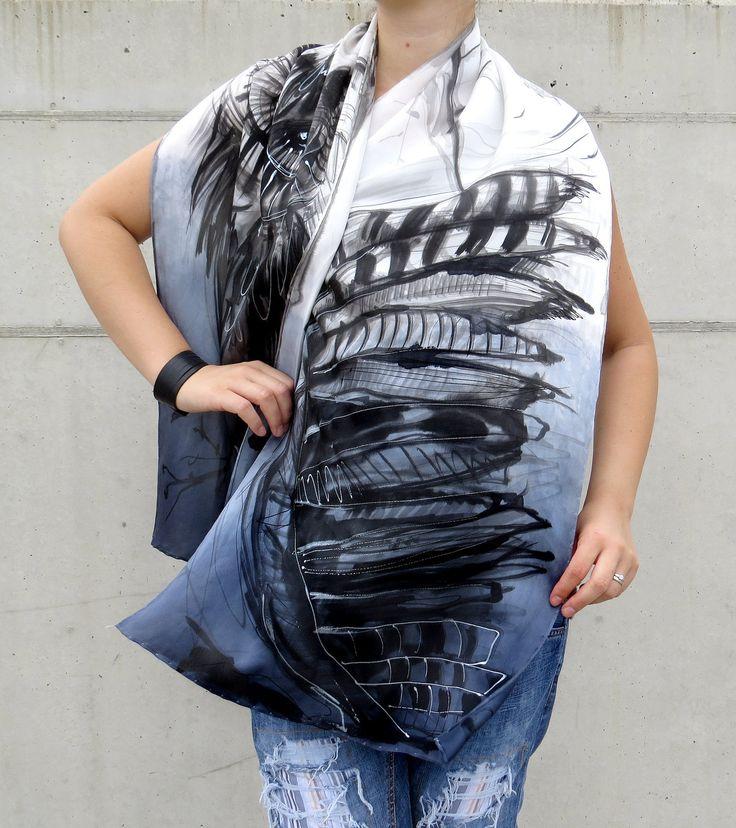 Foulard en satin de soie peint à la main. Hibou foulard de soie paint à la main. Gris, blanc et noir ombre crêpe : Echarpe, foulard, cravate par galatate-echarpe-en-soie