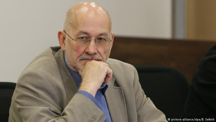 One of Germany's most notorious Holocaust deniers, once loyal to leftist terrorist group RAF, has left the country despite having another jail term to serve. Horst Mahler says he wants to become an asylum seeker.