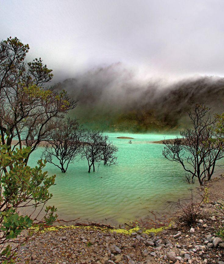 Kawah Putih, Indonesia  También conocido como el cráter blanco, Kawah Putih se encuentra al oeste de Java en Indonesia. Este es uno de los muchos volcanes que se encuentran en la zona y es un cráter inactivo que cuenta con un lago de aguas ácidas con tonalidades que van del blanco al celeste por el efecto del sulfuro y la oxidación