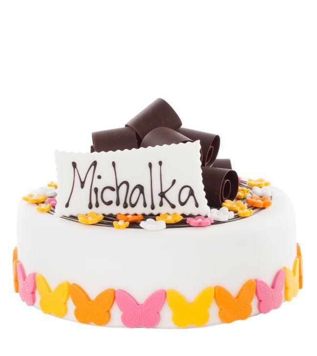 Dětský dort obalený fondánem o průměru 24 cm, dozdobený vykrajovanými fondánovými motýlky, kytičkami, čokoládovými hoblinkami a cedulkou se jménem.