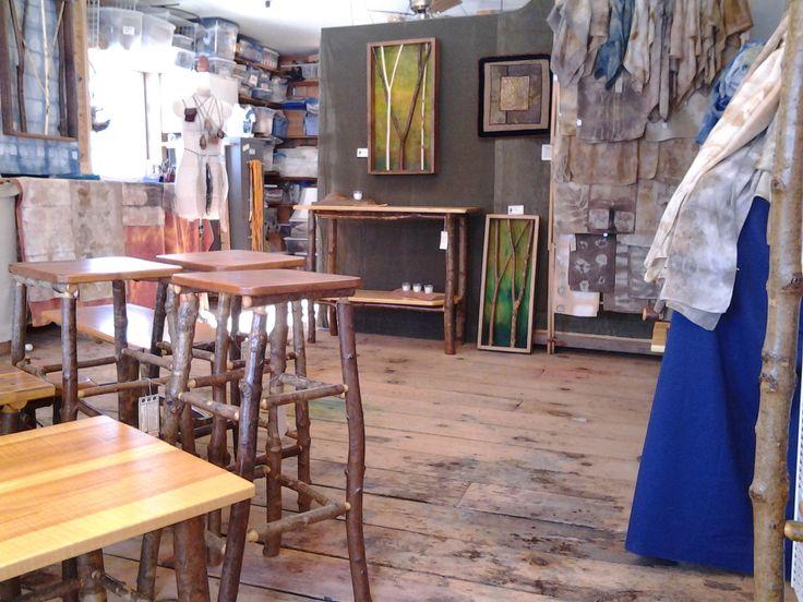 Bill Kallner rustikke møbler og Donna Kallner er naturligt farvet tørklæder.