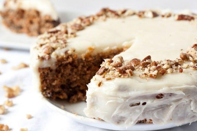Морковный торт (без глютена) Безглютеновый морковный торт только на первый взгляд может показаться скучным блюдом! На самом деле, это вкусный и питательный десерт, придуманный в Новой Зеландии. Английская королева, когда посещает эту страну, всегда, непременно, требует в качестве десерта это лакомство! рецепт приготовления Морковный торт (без глютена)