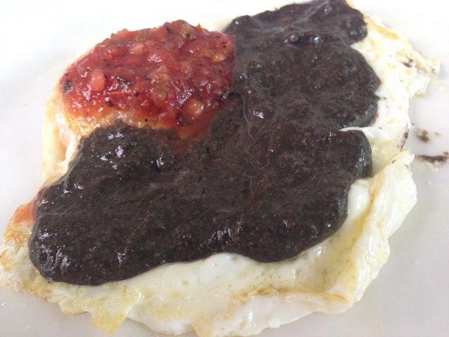 El negro cuitlacoche y el jitomate colorado otorgan los colores a las dos salsas con que se baña un simple huevo estrellado