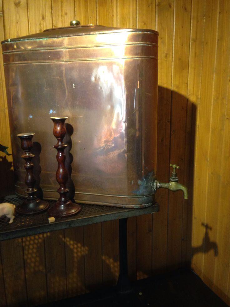 Vann beholder før man fikk vann fra kranen . Bilder tatt fra Gargia fjellstue i alta , Finnmark , Norge