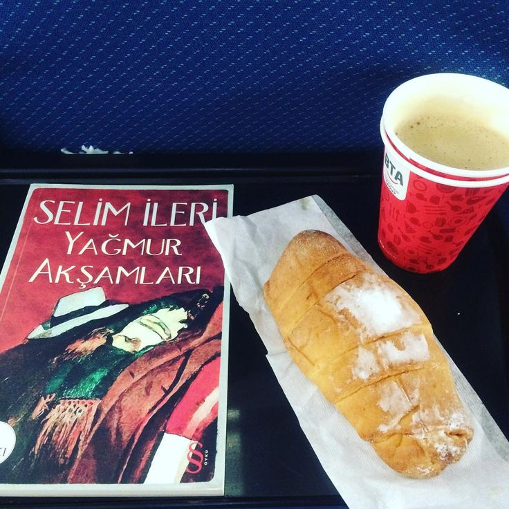 Erdek tatili bitti kısa ama güzel olan anılara eklendi Erdek'ten arda kalan bir kitabım ve birazdan yok olacak elmalı çöreğim var bu kısacık tatili en verimli şekilde geçirmem için önerilerini esirgemeyen @efemcakiroglu 'na çok teşekkür ediyorum  Erdek görülmeye değer gidiniz görünüz #erdek #turkey #photooftheday #focus #capture #apple #pie #coffee #kahve #elma #çörek #food #yiyecek #hungry #holiday #tatil #turnback #dönüş #selimileri #yağmurakşamları #kitap #book #novel #roman #reader…