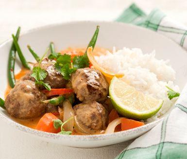 Vem har sagt att köttbullar måste serveras med potatis och lingonsylt? Det är dags att prova thai red curry köttbullar med kokosmjölk. Ingefära, koriander och lime ger nya smaker åt köttbullarna som gärna bryns lite innan du lägger dem i såsen.