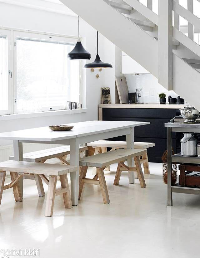 Lapsiperheen vaalea koti   Espoolainen rivitaloasunto uitettiin valkoisessa maalissa. Tanskalaishenkisen keittiön ruokapöytää ympäröivät tukevat puupenkit.