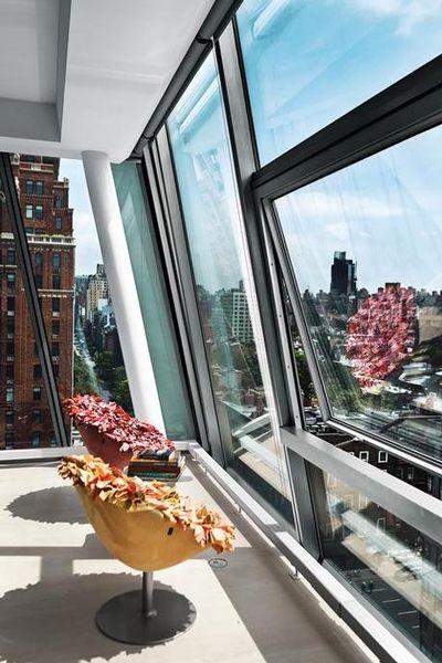 Bouquet 春日撫櫻扶手椅師承日本名設計師倉俣史朗,並與時尚大師三宅一生合作長達 20 年以上的吉岡德仁,被視為新一代最具藝術性的空間設計師和建築師。    除了最新科技材質的運用之外,在他的作品中還能看出對藝術繪畫的熱愛,以及遺傳自時裝界的優秀血統。當 MOROSO 將 Bouquet 春日撫櫻扶手椅首次搬進米蘭家具展亮相時,這張大和撫子般的優雅座具震懾了所有歐美人士的心。經由專業服裝師及藝術家打造的主人椅,你很難定義她到底是裝置藝術或者是真正的家具。    當然,正統科班出身的吉岡先生,明白一個作品要有完美的外型也要有絕佳的使用感受:可旋轉的銀色霧面烤漆鋼柱是支撐整體的花莖,殼型椅座則像是花萼,除了考量到人體搭坐線條,也特別使用 MOROSO 最高等級的多密度沙發泡棉來增加舒適度。外觀面料鋪上千百片的超細纖維軟布,以手工一片片車縫,並施以層次性的色彩搭配技巧後就成為了花冠,使得整張椅子看起來像是一束美麗的捧花般精美細緻。…