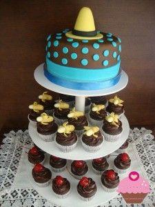 Torre de cupcakes com o tema George Curioso
