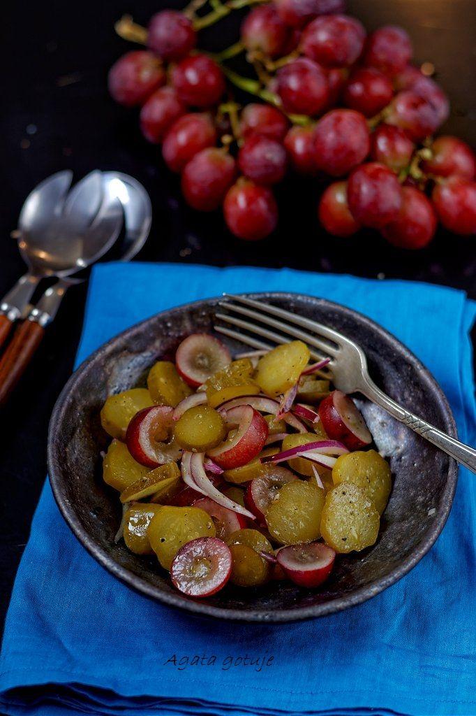 surowka z kiszonego ogorka, czerwonej cebuli i czerwonych winogron 01
