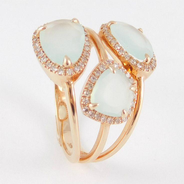 Briliánssal illetve aquamarinnal ékített három soros rozé arany fantázia gyűrű  14 k  Súly:4.5 g  Méret:55(15)  Gyémánt:0,200 ct  AQ.:1,870 ct  Három soros rozé arany fantázia gyűrű briliánssal és aquamarinnal díszítve , igényesen kidolgozva.