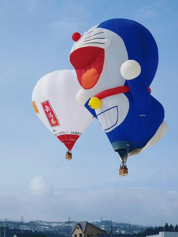 Doraemon hot air balloon over Ojiya, Niigata Prefecture, Japan, 2010, photograph by 4travel.jp's Ojiya Kawaguchi travelogue (photographer unattributed).
