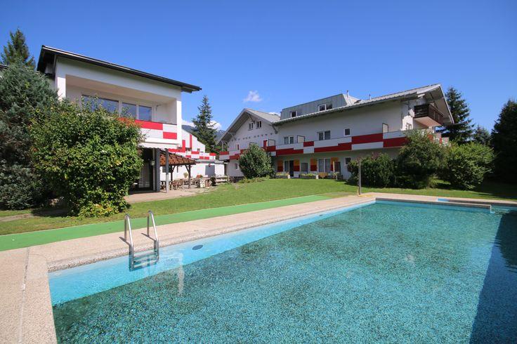 Schwimmen unter blauem Himmel! Wunderschön! Was will man mehr? #kinder #jugendliche #kärnten #villach #landskron #jugendhotel #sport #swimmingpool #spaß #genießen #reisen #ferien