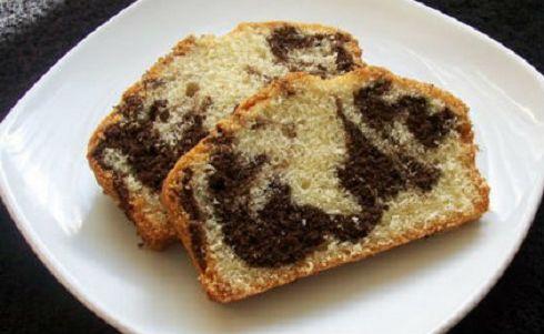 Υλικά Για 4-6 άτομα 2 βανίλιες σκόνη ξύσμα από 1 πορτοκάλι 1 κουταλιά γλυκού μπέικιν πάουντερ 1 πακέτο + 3 κουταλιές σούπας αλεύρι που φουσκώνει μόνο του 6 κουταλιές κακάο 1 ποτήρι ηλιέλαιο 1,5 ποτήρι ζάχαρη 250 ml χυμό πορτοκάλι (έτοιμο, όχι φρεσκοστιμένο) 250 ml σόδα αναψυκτικό  Εκτέλεση Σε ένα μπολ ανακατεύουμε το …