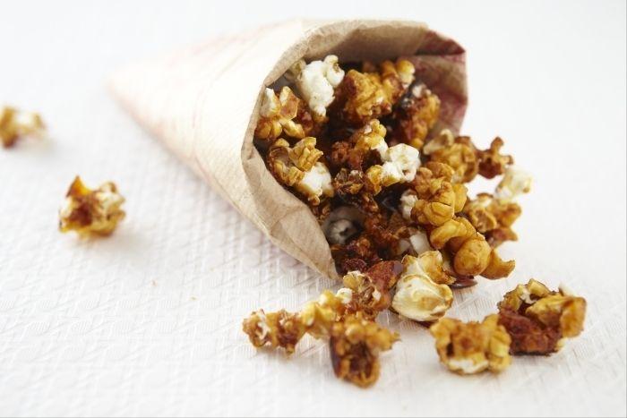 Recette de Pop corn caramélisé, Des grains de maïs éclatés dans une poêle puis enrobés d'un caramel au beurre salé.