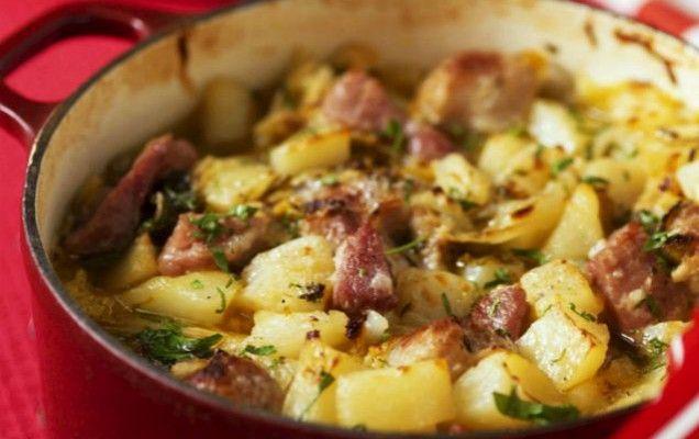 Λουκάνικα και πατάτες στην κατσαρόλα - iCookGreek