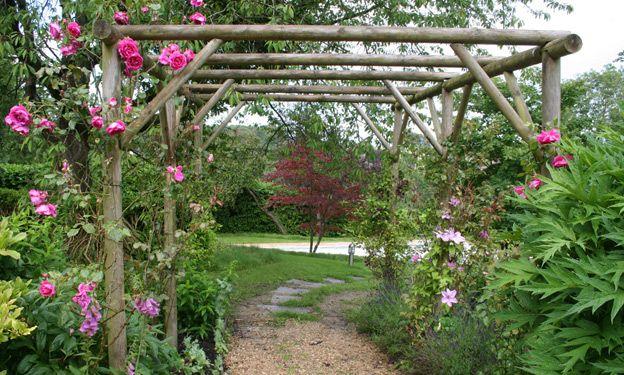 pergola rondhout met rozen