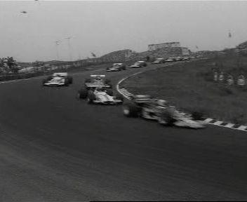 Jochen Rindt (Lotus) wint de Grand Prix van Zandvoort voor Jacky Stewart (March) en Jacky Ickx (Ferrari). De wedstrijd wordt uitgereden onder de donkere rookwolken van de fatale crash van Piers Courage (DeTomaso), die in de 23e ronde uit de baan vliegt.   Het vuur is zo intens dat de brandweer hulpeloos moet toekijken hoe hij verbrandt in zijn auto. Bij het passeren van de plaats van het ongeval minderen de andere rijders snelheid, maar de race gaat door. De aangeslagen krijgt Rindt krijgt…