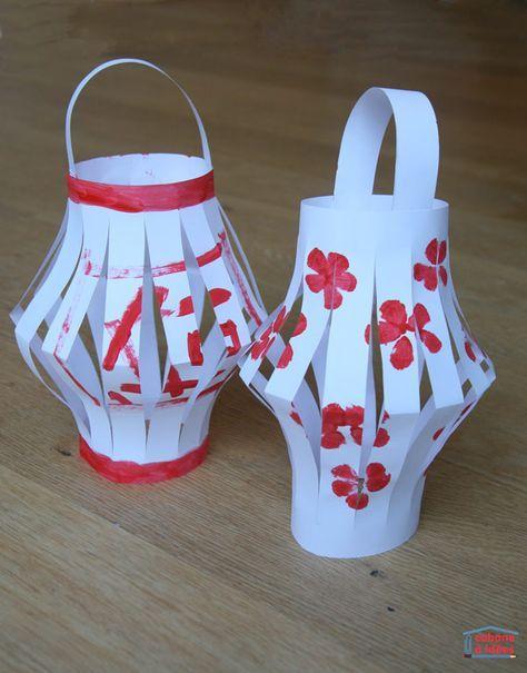 C'est bientôt le Nouvel An Chinois ! Alors, fabriquez avec vos enfants des lanternes, très populaires en Chine ! C'est l'occasion de parler des caractères chinois, de la culture chinoise et les enfants pourront décorer leurs lanternes de mille et une façons. Ici, nous sommes partis d'une simple feuille A4 mais on peut aussi les réaliser en miniature. Si vos enfants ont envie de fabriquer des lanternes chinoises, montrez-les nous dans les commentaires ou bien sur Facebook (et je les re-p...