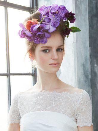 パープルのバンダの花を主役に。フロントの髪はロールアップし、エレガントな貴婦人のようなスタイルが完成。