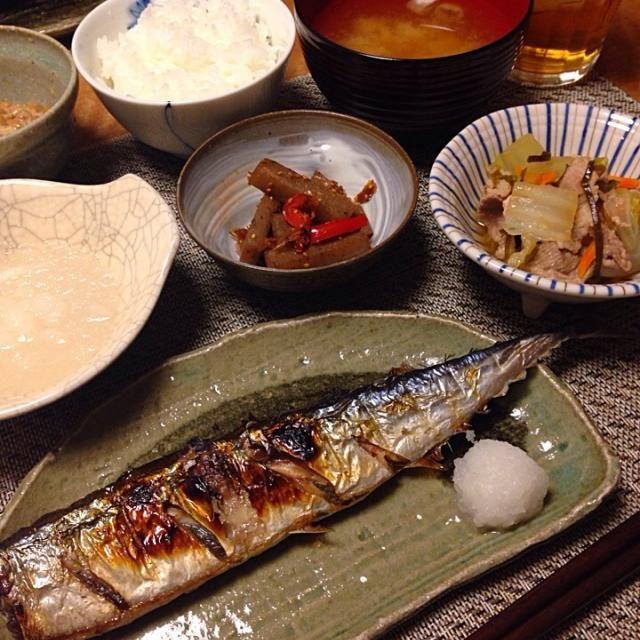 •さんまの塩焼きと大根おろし •白菜と豚肉の煮物 •こんにゃくと赤ピーマンのきんぴら •長ネギとえのき茸のお味噌汁 •納豆 •ごはん - 18件のもぐもぐ - さんまの塩焼き by Sakiko