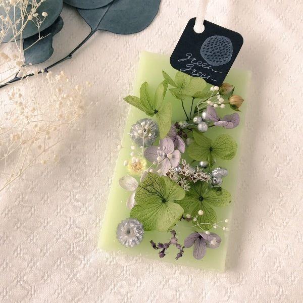 紫陽花などの花を散りばめた、ローズの香りのアロマワックスサシェ(火を灯さないアロマキャンドル)です。お手軽にお花と香りを楽しんでいただけますので、プレゼントにもおすすめです。●カラー:グリーン●サイズ:10×6cm●素材:パラフィンワックス、蜜蝋、プリザーブドフラワー、リボン●注意事項:一つ一つ心を込めて制作していますが、天然の素材を使用していますので商品画像と色味や形が異なる場合がございます。ハンドメイドであること、素材に個性があることをご理解いただけますと幸いです。●作家名:grin#アロマワックスサシェ #火を使わないキャンドル #ドライフラワー #ドアノブ #クローゼット #香るインテリア #玄関 #お部屋 #花 #プレゼント #贈り物 #アロマワックスバー #可愛い #おしゃれ #華やかな香り #誕生日 #結婚祝い #新築祝い #上品 #芳香剤 #ハンドメイド #handmade----------------------------------------------【定形外郵便の料金改定】2017/6/1日本郵便の料金改定により定形外郵便は全て規...