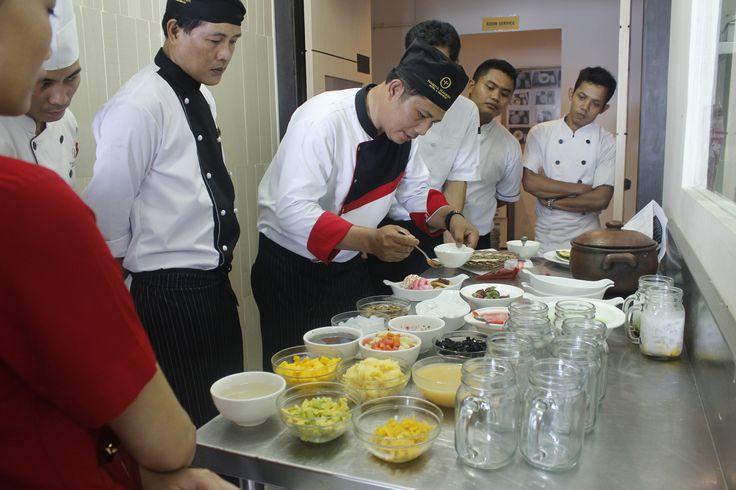Perkenalkan Chef Tarno, salah satu pastry chef yang ada di Nagoya Mansion Hotel & Residence. Kamis kemarin Chef Tarno memberikan training sekaligus food testing berbagai menu makanan penutup (dessert) yang akan launching di dapur kita yang baru.