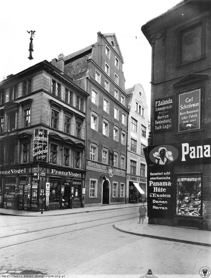 Skrzyżowanie ulic Nożowniczej i Kuźniczej, na wprost okazały budynek gospody Pod Złotym Berłem  PP Od lewej kamienice: Goldene Pretzel, Wirtschafthaus Zum goldenen Zepter, Vier Evangelisten.Lata 1920-1933