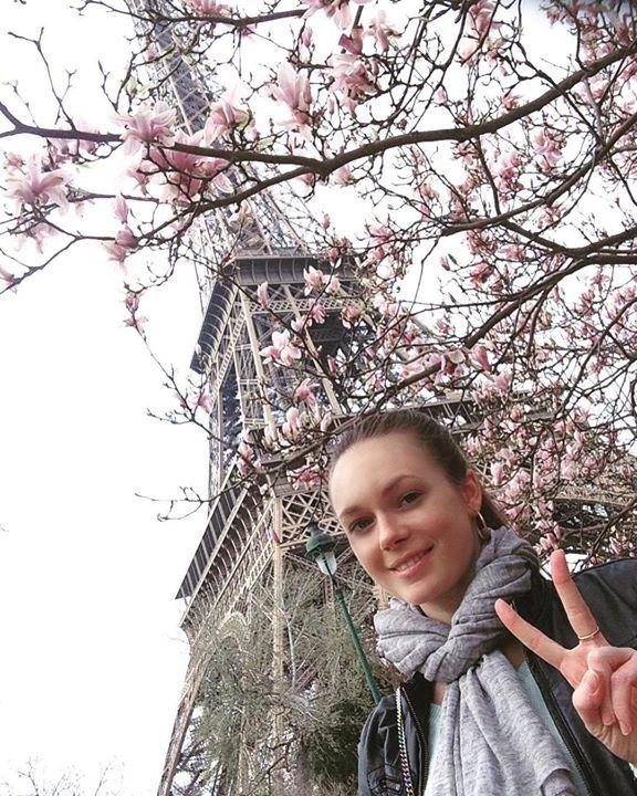 Просили #селфи-вот оно не очень удачное ну какое есть) #Париж эволюционирует: в последний раз когда я здесь была шустрые #афроамериканцы продавали только брелоки башни Эйфеля теперь в ассортимент добавились и селфи-палки всех цветов  а как забавно они убегают от полиции #селфи #подбашней #эйфелевабашня #ятут #садыцветут #башняэйфеля #сказка #парижскаявесна #1деньапреля #апрель #traveling #instaparis #inspiration #selfie #eifeltower #lovemylife by julia_tarasevich Eiffel_Tower #France