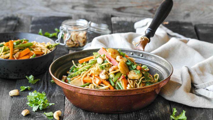 Nudelwok med nøtter og crispy grønnsaker