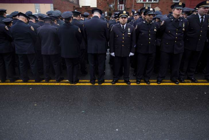 At Police Funeral for Officer Liu, Many Officers Turn Backs to de Blasio Some police officers in the crowd outside the funeral home turned their backs as Mayor Bill de Blasio spoke at the funeral for Officer Wenjian Liu in Brooklyn on Sunday.