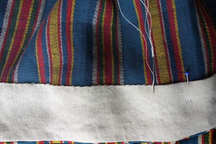 Äidilläni on kaksi kansallispukua: Perä–Pohjolan ja Kaukolan. Perä–Pohjolan puku on saatu Mummilta: hän sai sen aikoinaan Ruotsiin muuttanee...