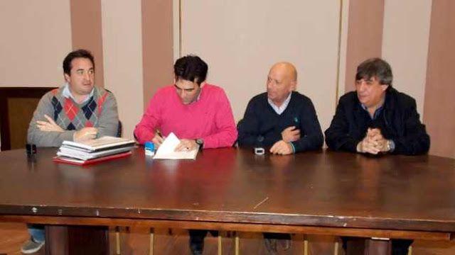 """EL MUNICIPIO Y EL SINDICATO DE TRABAJADORES MUNICIPALES FIRMARON EL CONVENIO COLECTIVO DE TRABAJO    """"Todos cedimos un poco por un objetivo común"""" En la firma del convenio colectivo de Trabajo con el Sindicato de Trabajadores Municipales el intendente Facundo López resaltó el diálogo y las políticas de entendimiento entre las partes algo que también rescataron los dirigentes municipales.El intendente municipal Dr. Facundo López encabezó el acto en el cual se celebró junto al Sindicato…"""