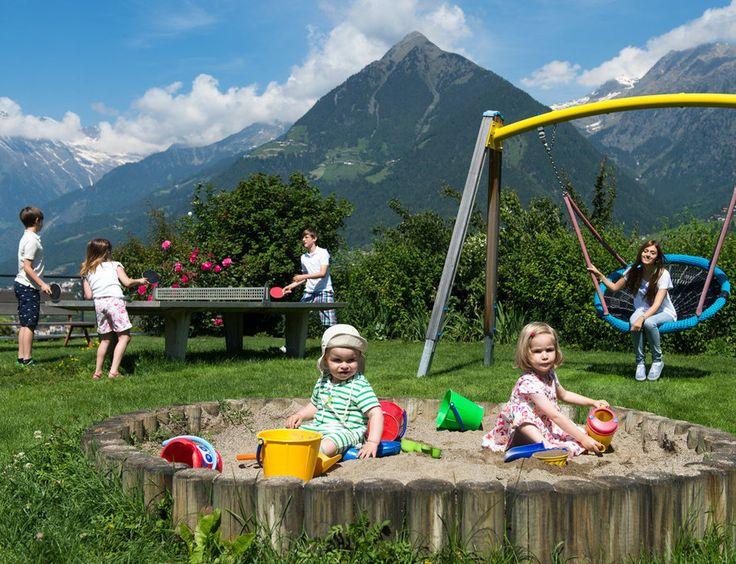Ideal für Ihren Familien-Urlaub in Südtirol: das Hotel Hohenwart in Schenna oberhalb von Meran. Neben Familysauna erwartet die Familien ganzjährig ein betreutes Kinderprogramm.
