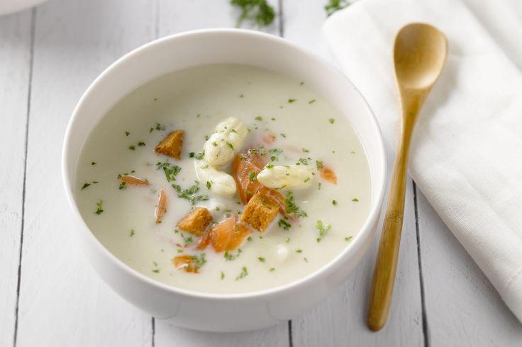Een heel makkelijke en smaakvolle aspergeroomsoep met blokjes zalm, geblancheerde aspergepunten en croutons. Perfect als feestelijke lunch of voorgere...