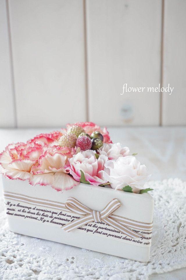 グラデーションカラーのカーネーションとミニバラ、フェイクベリーなどをケーキ風にアレンジしました。ショートケーキ型の花器は、艶消しの陶器です。お花は全て上質なアーティフィシャルフラワーを使用しておりますのでいつまでも綺麗な状態で長持ちします。★下記の【購入...