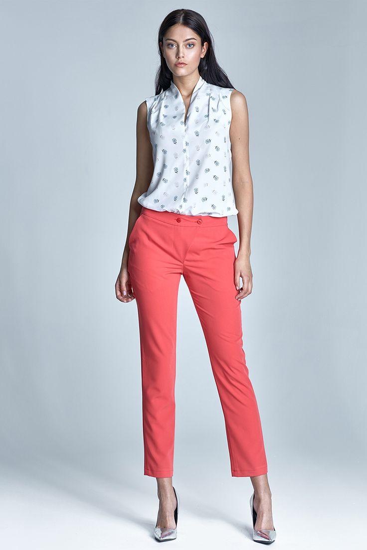 """Nife - štýlové elegantné nohavice so zníženýmpásom v 7/8 novej dĺžkesú určené pre aktívne ženy, ktoré chcú vyzerať módne a elegantne. Mäkký pružný materiál a klasický úzky slim strih s vreckami, s ktorým dosiahneš tvoj vysnený pocit elegancie a ženskosti. Tieto nohavice sú presne to, čomu sa hovorí """"Nadčasová elegancia"""". Sú medzi TOP modelmi niekoľko rokov a stále sú IN. Spriaznený kúsok do kostýmu nájdeš >>>TU<<< Modelka je vysoká 176 cm a má na sebe veľ. 36  Dodacia..."""